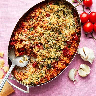 Det här är inget annat än en rustik pastagratäng. Med fullkornspasta blir gratängen lite nyttigare. Välj vilken korv du vill och blanda med den färdiga pastasåsen och pastan, vi gillar färsk chorizo, men falukorv är inte fel det heller. Toppa med ett crunchigt täcke.