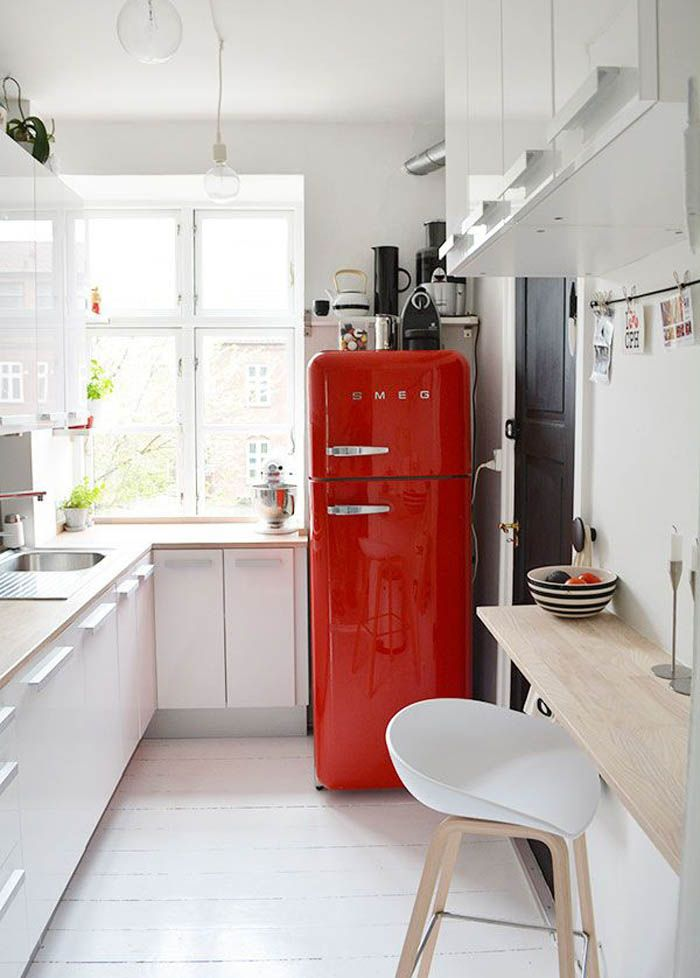 Маленькая кухня, интерьер маленькой кухни, интерьер небольшой кухни, дизайн кухни, идеи для кухни, красный холодильник Smeg, минимализм, декор кухни, стильный интерьер, small kitchen, tiny kitchen decor ideas, kitchen cabinets #кухня #kitchen #idcollection