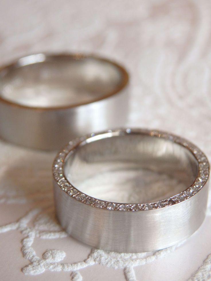 リングの側面にダイヤを一周並べたフルエタニティのLatoをアレンジ。 平打ちの形に側面にダイヤを敷き詰めたゴージャスなリングを、幅広のデザインにアレンジしました。 [marriage,wedding,ring,bridal,Pt900,マリッジリング,結婚指輪,オーダーメイド,ダイヤモンド,ウエディング,ith,イズマリッジ]