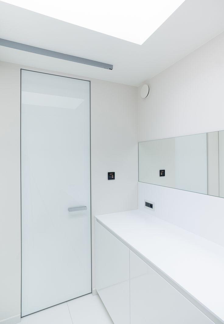 Witte hoogglans deur zonder zichtbare omlijsting van Anyway Doors. Het innovatieve deursysteem kan naar beide richtingen openen en sluit rondom de deur perfect af.