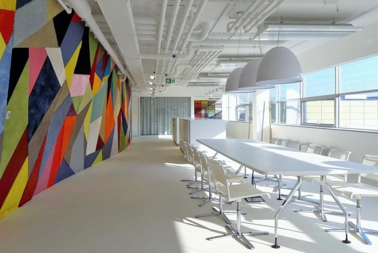 Bílá designová stěrka na podlaze, showroom BOCA. / White design coating on the floor, BOCA showroom.
