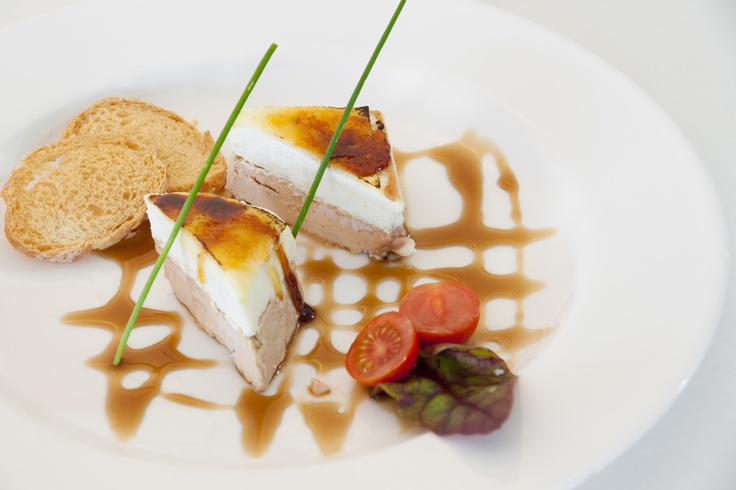 Milhojas de foie micuit con queso de cabra caramelizado. (#Mallorca, Balearic Islands, #Spain). Enjoy the typical Majorcan cuisine in our hotel-restaurant, a typical Catalonian country house, at the foot of the Puig de Randa.    http://www.esrecoderanda.com/
