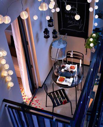 広さがよくわかる上からのアングルです。 これだけのスペースしかないのに、テーブルとチェアを置いて照明にひと工夫すればこんなに素敵な空間になるのですね♡