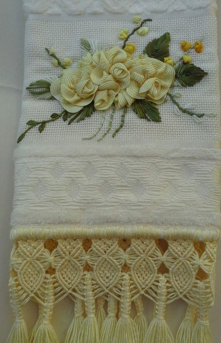 Toalha de lavabo finamente bordada à mão com sianinha e motivo de flores e acabamento em macramé.