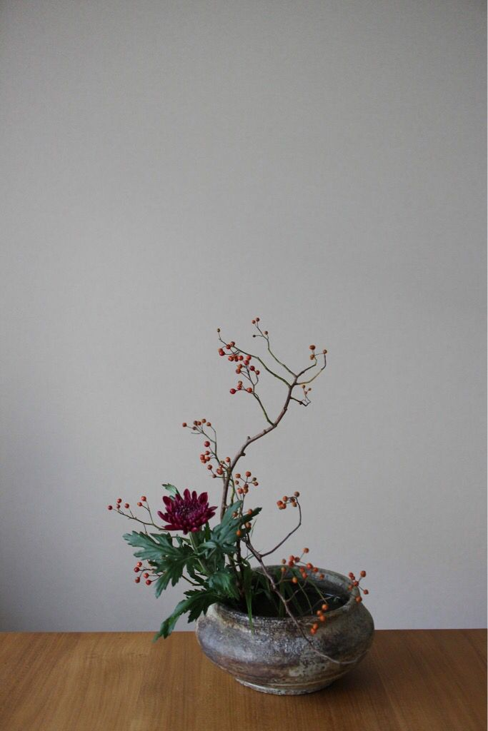 Container: Original container by Atsushi Ogata  Materials: Wild rose and Mum