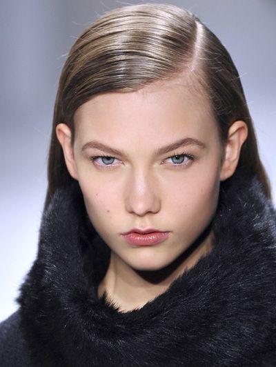 Zijwind! 13 varianten op de zijscheiding. Meer zien? Hier: http://www.elle.nl/beauty/trends/kapsels/Zijwind!-13-varianten-op-de-zijscheiding #hairpost #slideshow #hair #models #catwalk #ELLE