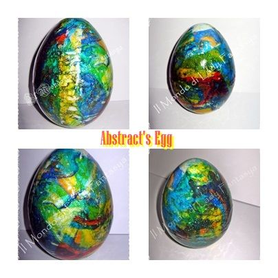 Uovo in polistirolo medio-grande colorato con colori vari colori marmorizzati