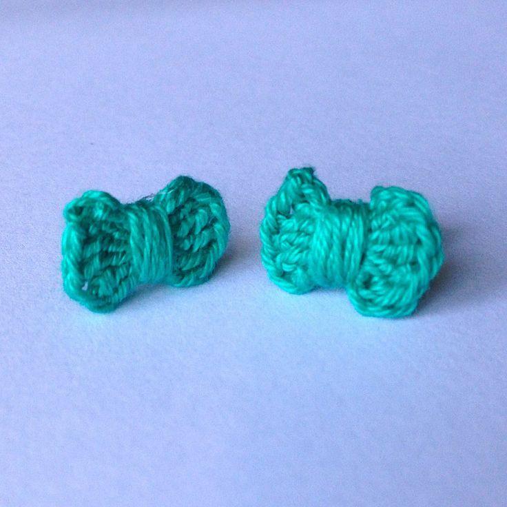 Orecchini a lobo con fiocchetti verde smeraldo, fatti a mano all'uncinetto, by La piccola bottega della Creatività, 4,00 € su misshobby.com