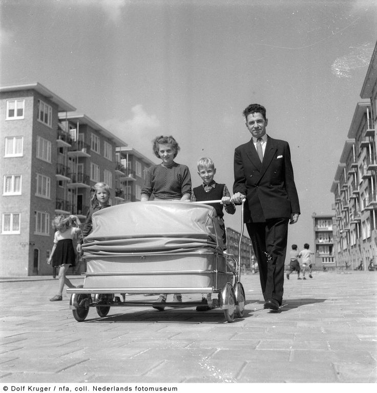 Ouders met kinderwagen voor drieling, Amsterdam (1952)