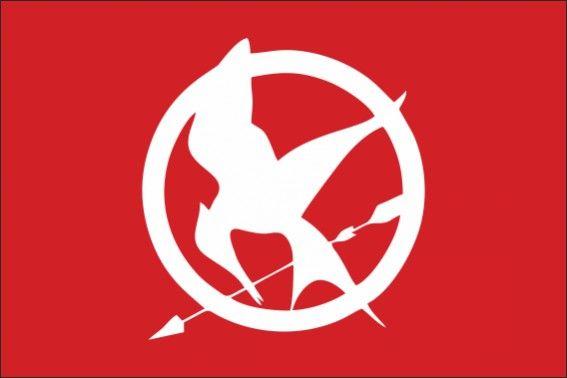 """Sinsajo- Los juegos del hambre Sinsajo (en inglés, Mockingjay) es una novela de ciencia ficción distópica para jóvenes adultos de 2010 y el tercer libro de la trilogía de Los juegos del hambre, de la autora Suzanne Collins. Después de Los juegos del hambre en 2008 y En llamas en 2009, este continúa con la historia de Katniss Everdeen, donde se compromete a liderar la rebelión convirtiéndose en el """"Sinsajo"""", y luchar contra el Capitolio en el país futurista de Panem. La serie fue inspirada en…"""