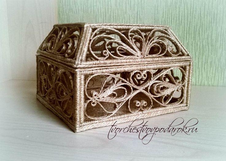 Шкатулка из джута. Квадратная форма и модельная крышка делают ее очень объемной.