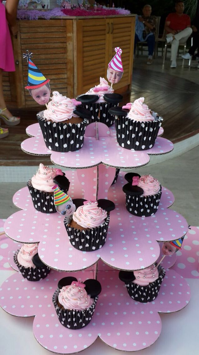 My baby's first birthday cupcakes...