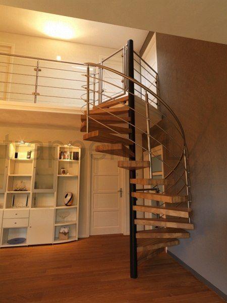 Metalen design spiltrap uitgevoerd met eikenhouten treden en rvs balustrade speciaal aan deze - Metalen trap design hout ...
