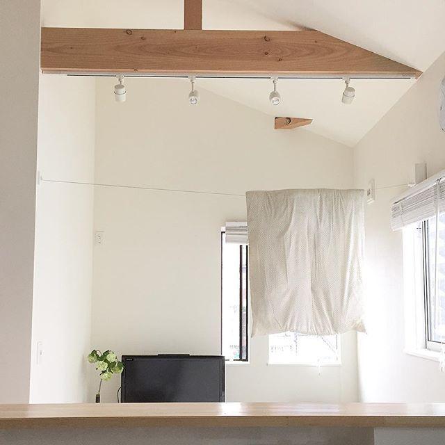 Instagram media by tomoa.jp - 雨の日に布団を洗うの巻き⚑ ・ 雨の日なのに、息子ったらオムツ替えのタイミングで長座布団に放尿パレード ・ 室内に布団を干すというシュールなpic。 ・ 太陽待ちしてるけど雨すら止まず(´ºωº`) ・ #せめて窓側に干したいと寄せてみたものの無駄な抵抗 #そんな息子は爆睡中 ・ 昼から除湿機ガンガン回してます(´ºωº`) ・ お布団お日様に当てたかった(´ºωº`) ・ ・ #暮らし#持たない暮らし#丁寧な暮らし#シンプルな暮らし#シンプルライフ#シンプルインテリア#ミニマリスト#整理整頓#整理収納#断捨離#マイホーム#収納#無印良品#無印#育児#盛岡#生後8カ月#生後8ヶ月#0歳#親バカ部#男の子のママ#新米ママ#赤ちゃん