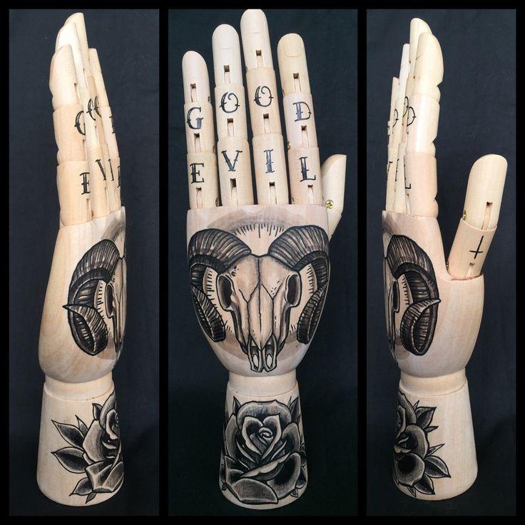 Houten hand etalagepop met originele tekeningen van de schedel van een RAM-geheugen en roos 'tattoo stijl' door Inkspirednl op Etsy https://www.etsy.com/nl/listing/287870081/houten-hand-etalagepop-met-originele