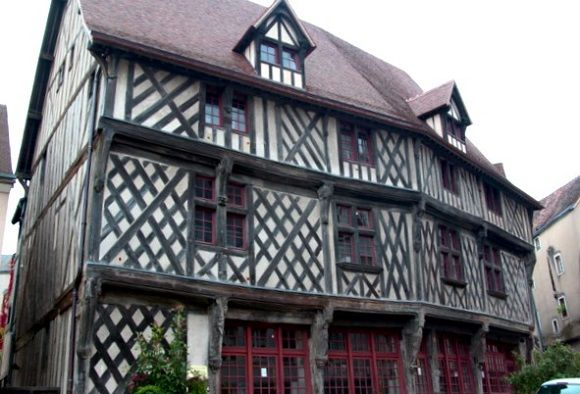 La Maison du Saumon y la Escalera de la Reina Berta son dos construcciones curiosas del gótico de la ciudad francesa de #Chartres. http://www.guias.travel/blog/descubre-una-pescaderia-y-una-escalera-historicas-de-chartres/ #turismo #viajar #Francia
