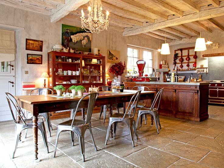Salle à manger esprit brocante : Une maison basque aux volets bleus - Journal des Femmes