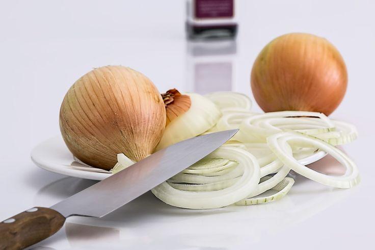 Cómo Pringar o Amortiguar una cebolla para quitarle el sabor picante y usarla cruda