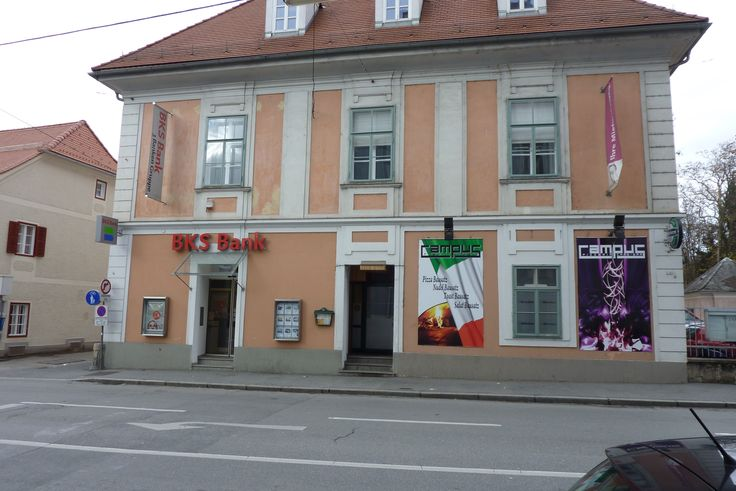 Heinrichstraße 47: wer sich daran erinnert, ist wohl selbst schon etwas angegraut - hier (links) gab´s einst ein Milch-Sondergeschäft! Heute Geld, aber keine Milch mehr.