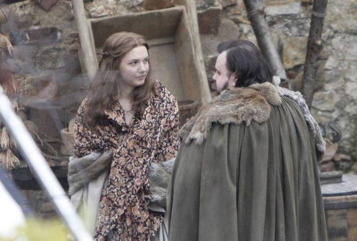 Samwell Tarly ve Gilly 7.sezon çekimlerine başladı. 2.fotoğraftan da göreceğiniz gibi King's Landing çekimlerinde sete suni kar yağdırıldı. Sonunda King's Landing'e kış geldi. #GOT #GameOfThrones #SevenKingdoms #WinterIsComing #FireAndBlood