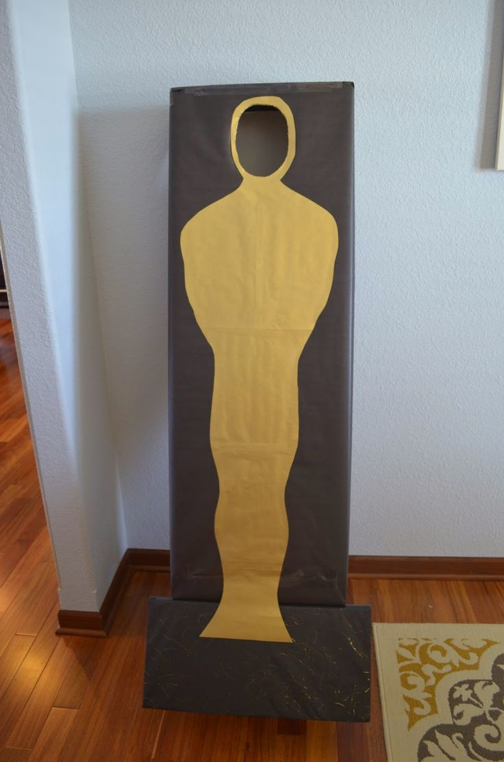 Make an Oscar for your guest to pose in!  Academy Awards Party / Oscar Party