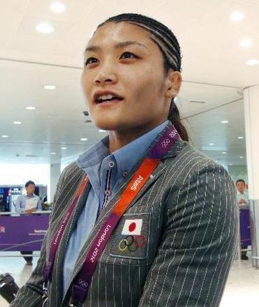 ロンドンのヒースロー空港に到着したレスリング女子63キロ級の伊調馨=3日(共同)