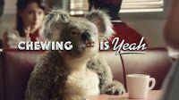 Nuova pubblicità di Air Action Vigorsol con protagonista, ancora una volta il koala masticatore dal fascino irresistibile che questa volta ruba la scena e forse il lavoro ad un giovane attore vestito alla Fonzie.