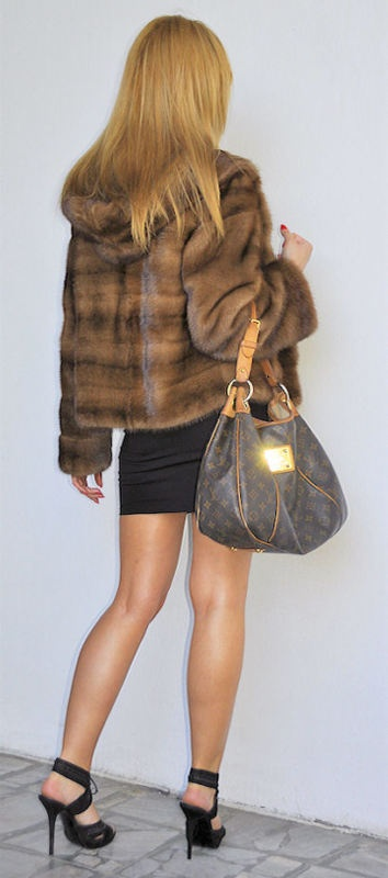 OUTLET SAGA MINK JACKET WITH HOOD (from behind).