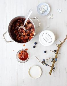 Die Schlehen-Apfel-Konfitüre schmeckt köstlich aufs Brötchen oder als Fruchteinlage im Joghurt.