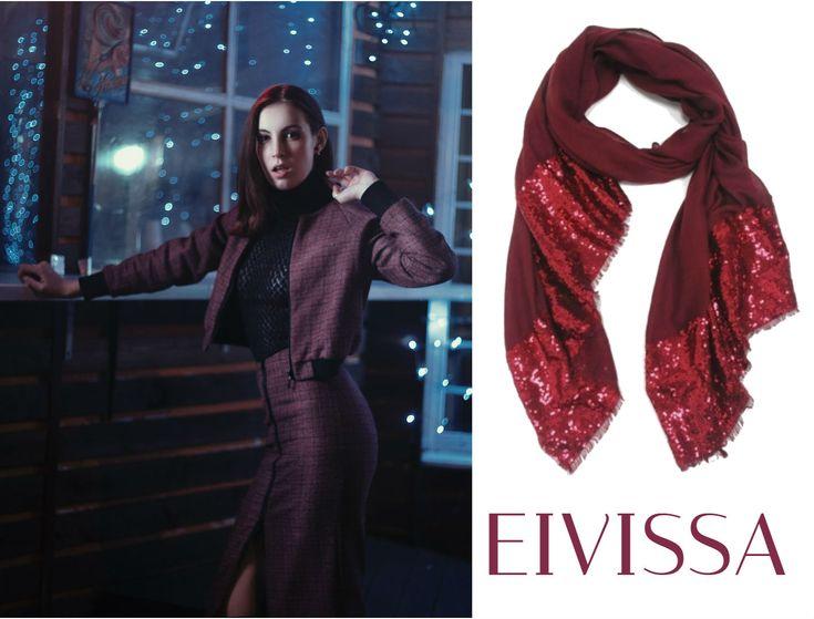 Este diseño de blusa ajustada negra tiene una composición de líneas cruzadas que delimitan espacios semitransparentes. Es una sugerente combinación entre un elemento agresivo y un suave efecto de trasluz. Para reafirmar este look rectilíneo y sugestivo, usaremos un traje de ejecutiva de chaqueta y falda corta ceñida en tono granate oscuro y un fular bourdeos con reflejos rojos (fular EIVISSA con mini-lentejuelas, tacto suave, pvp: 23,80 €). (Sólo en www.miara.es). #outfits #trends #fulares…