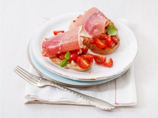 Bruchetta med tomatsalat og serranoskinke