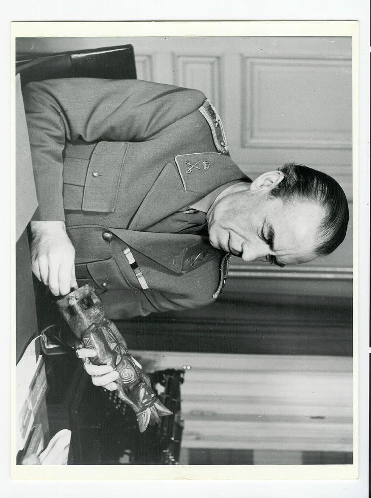 Bernadotte, Folke Beskrivelse Bernadotte, Folke. 1895-1948. Svensk greve. Bernadotte var præsident for Svensk Røde Kors. Ledede den hjælpeaktion, der i foråret 1945 udfriede 20.000 fanger fra tyske koncentrationslejre og førte dem til Sverige. Dræbt ved attentat i 1948 i Palæstina  - See more at: http://samlinger.natmus.dk/FHM/17230#sthash.Sy0WkHvz.dpuf