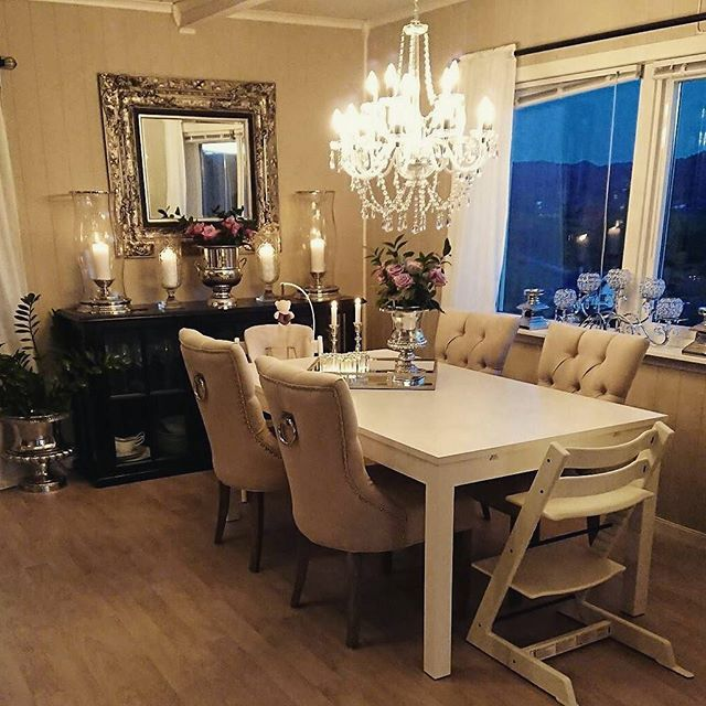 #princessspisestuestol sand hos @homebymalin_ 🙆💕 Da var nye spisestoler på plass😍 Husket selvsagt ikke å ta bilde når det var lyst, så da blir det så som så😂✌🏻 #interior #decor #decoration #inspo #inspiration #myhome #home #beautiful #elegant #homestyle #interior125 #interior9508 #interior123 #charminghomes #shabbyyhomes #interiordesign #instahome #inspire_me_home_decor #finehjem #ikea #chandelier #interiør #classicliving