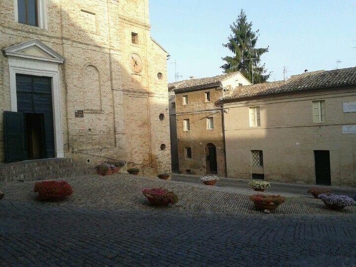 Piazzetta del Sabato del Villaggio. Vi sorgono a destra il Palazzo Leopardi, a sinistra la chiesa di S. Maria di Monte Morello, con la fronte sul lato d'ingresso, e la casa di Silvia.