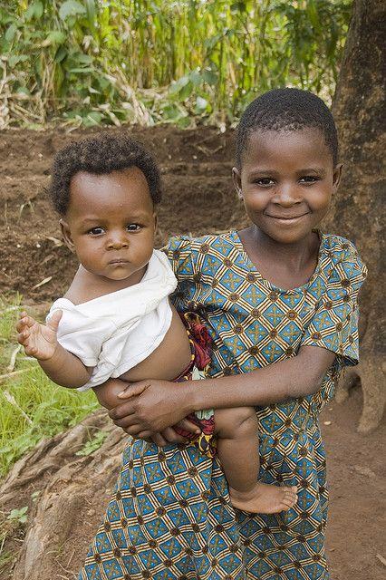 Carrying little brother by Izla Kaya Bardavid, via Flickr
