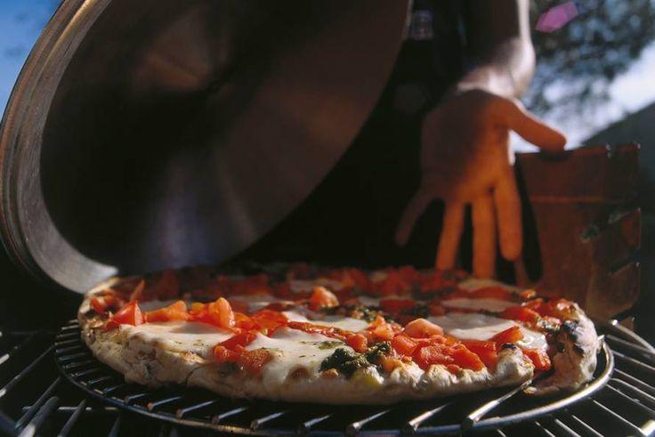 Kijk wat een lekker recept ik heb gevonden op Allerhande! Gegrilde pizza met tomaat en mozzarella