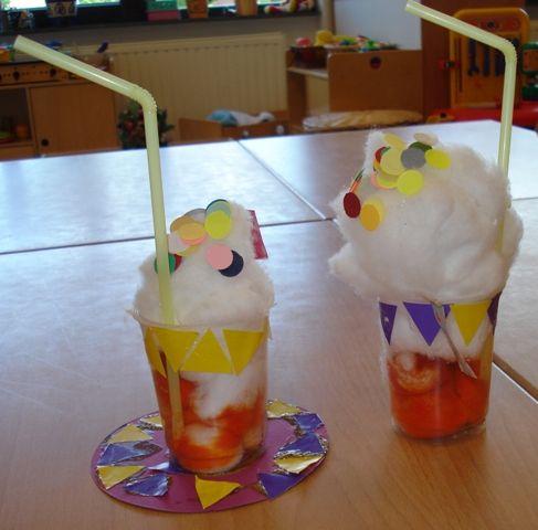 * IJsbeker! Een bekertje vullen met ronde watten. De kinderen krijgen de opdracht om het bekertje, eventueel op reeks, te beplakken.Onderzetter maken en klaar is de ijsbeker!