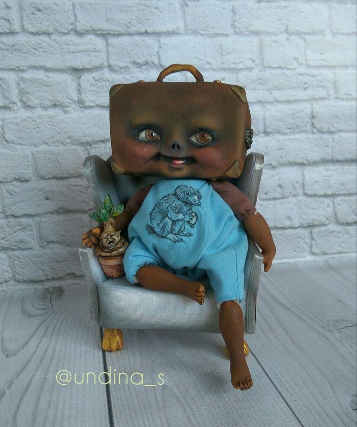 Чемоданчик Ньюта Скамандера оживленный хозяином, чтоб впредь не терялся)))  Больше работ в Инстаграме @undina_s. . #кукла #авторскаякукла #чемодан #ньютсаламандер #мандрагора #кресло #ручнаяработа #doll #artdoll #mandragora #harrypotter #гаррипоттер #фантастическиетвари