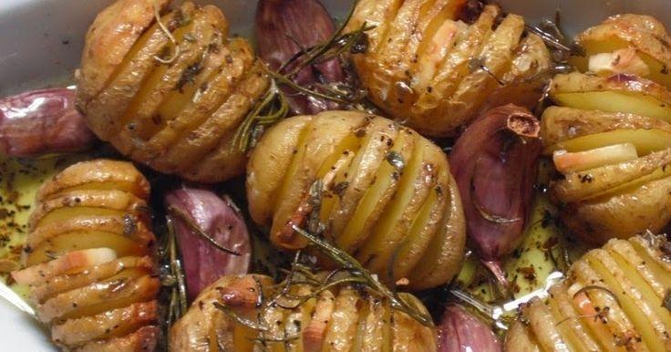 Ingredientes   Batatas bolinha com casca  Azeite de oliva extra-virgem  Sal grosso, alecrim, sálvia, endro e pimenta-do-reino moída a gost...