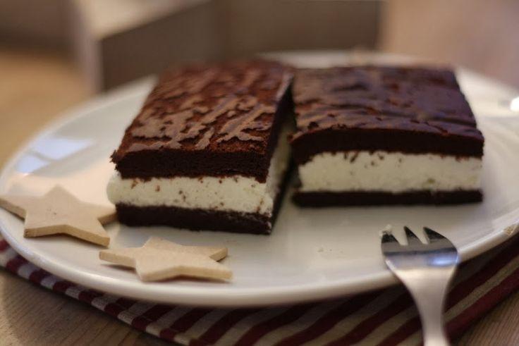 Vynikající kakaové řezy s tvarohovo-smetanovou náplní. Těsto samo o sobě je hodně kakaové, ale ve spojení s tvarohem se vše zjemní a dezert chutná výborně. Pro děti je vhodnější použít karob místo kakaa. Stačí potom méně cukru (60g), karob je přirozeně sladší. Těsto jde velmi špatně míchat. Náplň potom ochucujeme vanilkovým sirupem, aby měla dobrou chuť a není potřeba ji potom moc doslazovat. Smetanu ke šlehání určitě vyšlehat (jsou i verze bez vyšlehání... vyšlehaná je lepší)