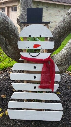 Pallet snowman! So easy to do. Just measure out the size of your mounds,  cut and paint! We made a hat to put on top and the bottom of the pallet is pretty sturdy so it can stand on its own.  Really easy and super cute winter yard decoration.