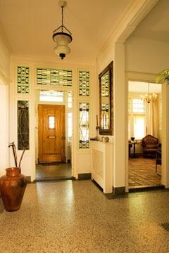 Prachtige hal van een prachtig huis dat nu te koop staat in Den Bommel. Granito vloer en donkere randen