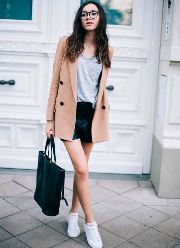 look-short-couro-tshirt-tenis-branco
