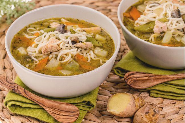 La zuppa di 'noodles' è un primo piatto della cucina orientale: spaghetti in brodo realizzato con verdure e bocconcini di pollo.