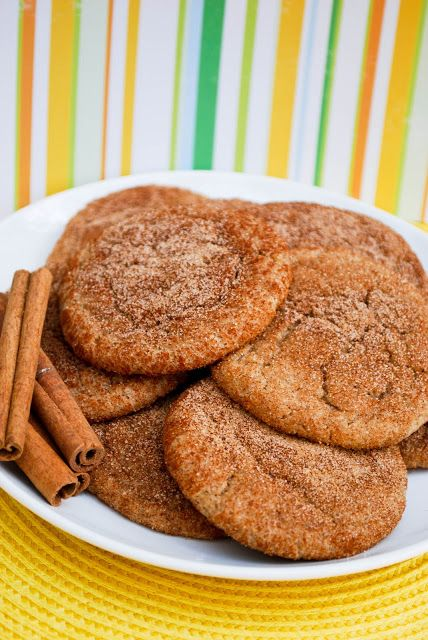 Bananadoodles : 2 1/2 cups all-purpose flour ; 1 tablespoon baking powder ; 1/4 teaspoon salt ; 3/4 cup vegetable oil ; 1 1/3 cups granulated sugar ; 1 tablespoon molasses ; 2 large bananas. mashed ; 1 tablespoon vanilla extract --- Topping:1/4 cup granulated sugar ; 1 tablespoon ground cinnamon