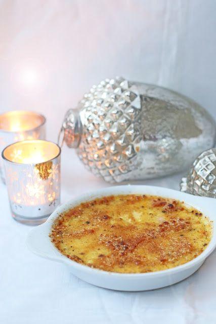 Weihnachtliche Crème brûlée mit Lebkuchengewürz, das Dessert für Heiligabend