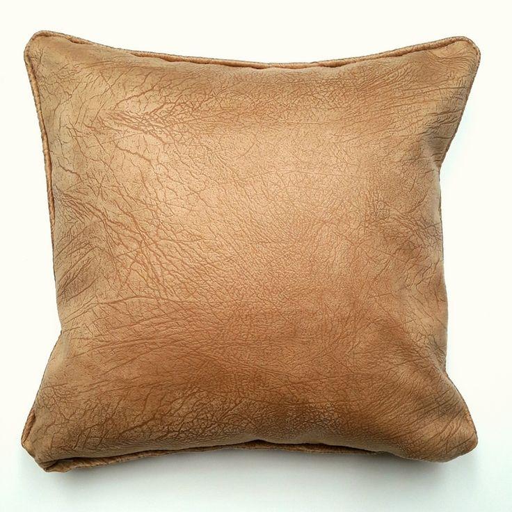 Almohadon de cuero sintetico color suela. Relleno de vellon siliconado. Funda desmontable con cierre y lavable. Medida 40cm x 40cm