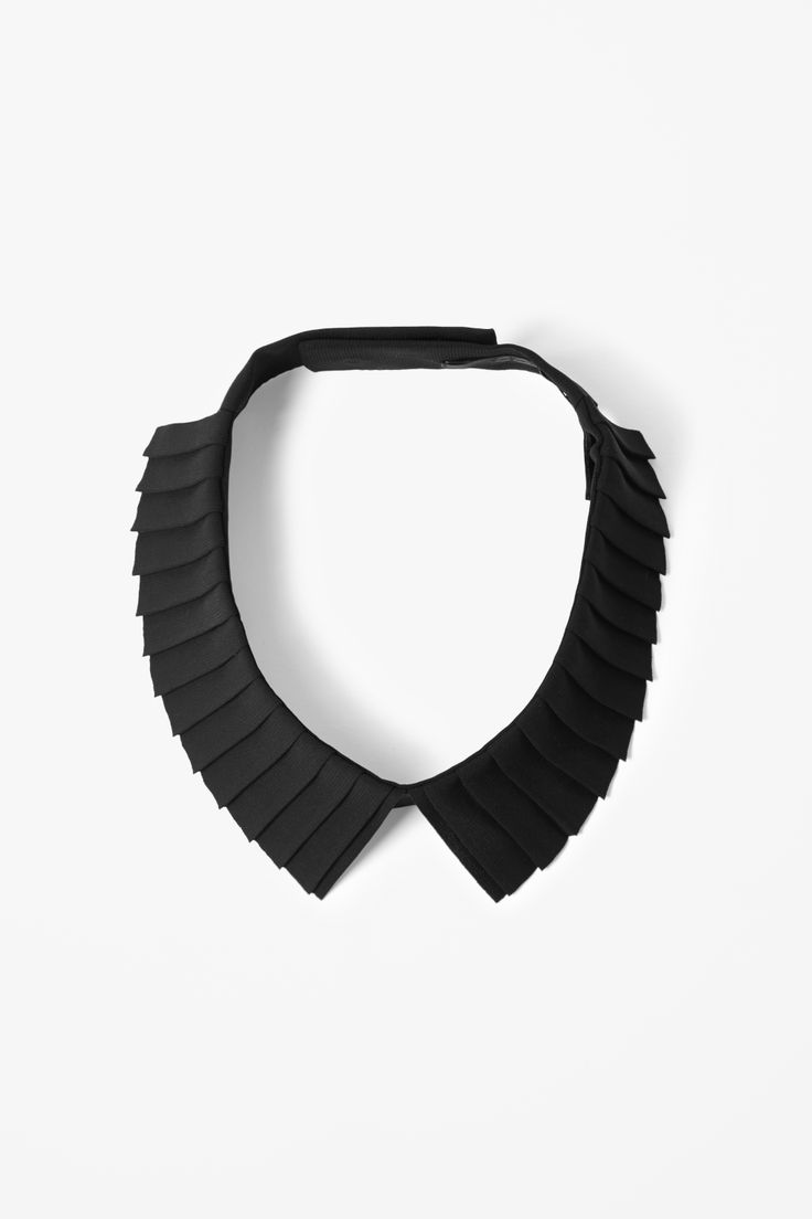 Made from a lightly textured woven fabric, this detachable collar has crisp folded pleats. Fastening with two press studs on the back, it has laser-cut edges for a modern finish.