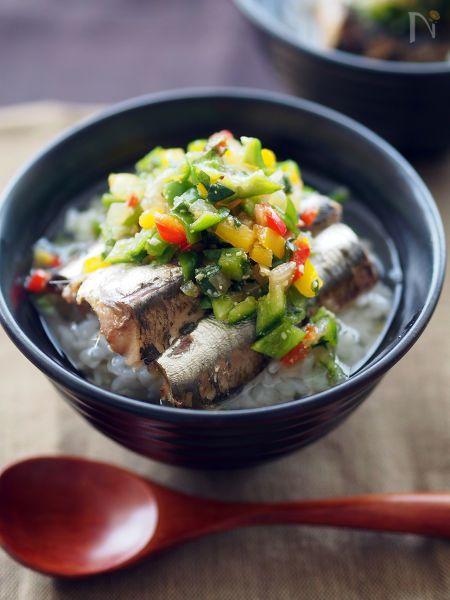 アツアツの炊きたてごはんにのせ、白だしをかけるだけ。手軽で美味しい、簡単ヘルシー丼。