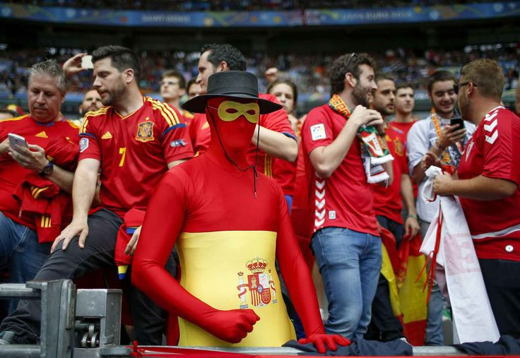Spain supporters wait for the start of the Euro 2016 round of 16 soccer match between Italy and Spain, at the Stade de France, in Saint-Denis, north of Paris, Monday, June 27, 2016. (AP Photo/Manu Fernandez)/TOU118/315265815556/1606271807